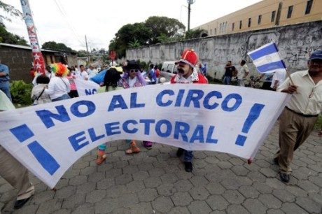 "Daniel Ortega's government opponents hold a banner that reads ""No to the electoral circus"" during a protest demanding fair elections at Diriamba city, some 40 kilometres from Managua on October 16, 2016. Nicaragua will celebrate presidential elections on November 6, with incumbent Ortega widely seen as the favourite. / AFP PHOTO / INTI OCON"